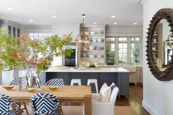 Стильный дизайн кухни в частном доме - фото