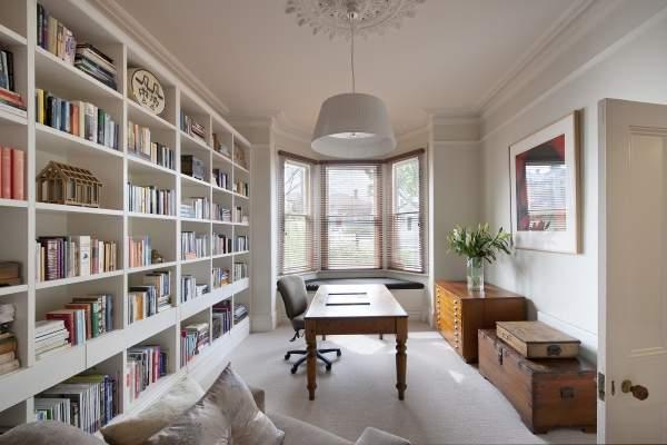 Кабинет с библиотекой в дизайне частного дома