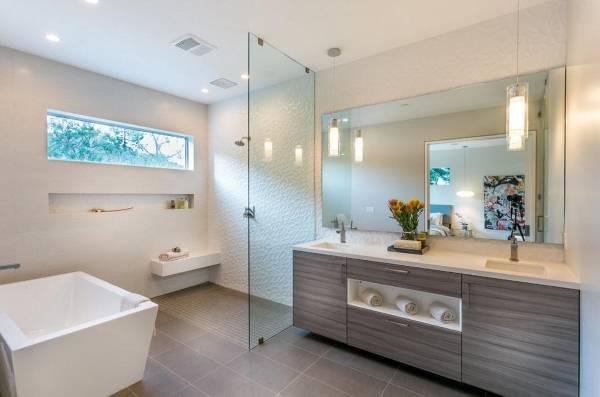 Современная ванная комната в дизайне частного дома