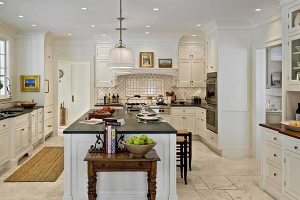 Травертин - плитка на полу кухни фото