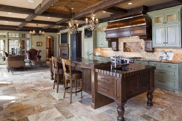 Каменный пол на кухне - фото