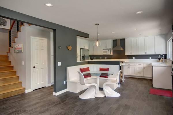 Модный серый ламинат на кухне - фото
