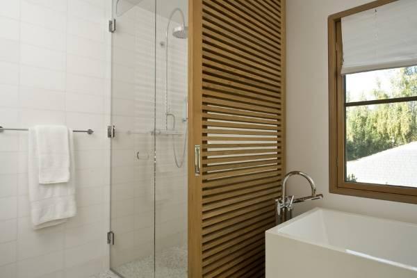 Стеклянные и деревянные перегородки в дизайне ванной