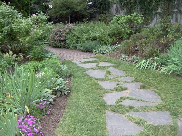 Красивые садовые дорожки на даче - фото из камня