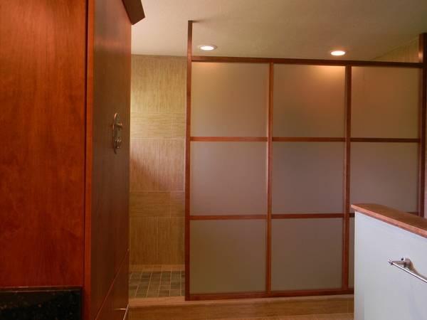 Душевое ограждение - деревянная перегородка с матовым стеклом