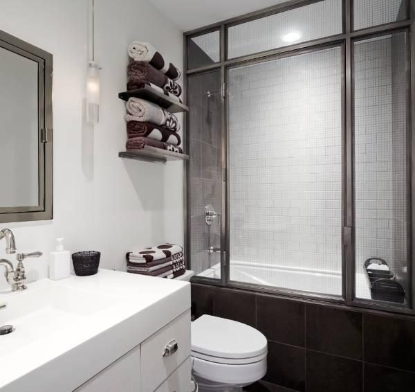 Маленькая ванная комната с огражденной ванной