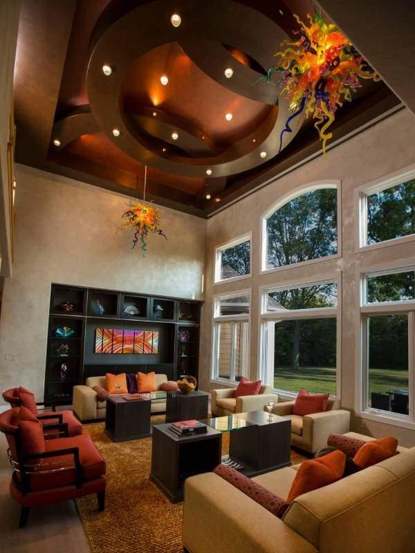 Металлизированные натяжные потолки шоколадного цвета в гостиной