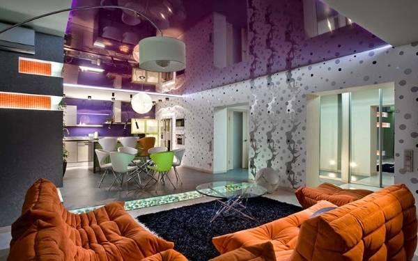 Натяжные потолки фиолетового цвета в интерьере гостиной