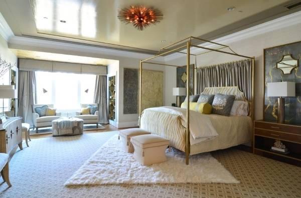 Элегантный натяжной потолок с эффектом металлик в дизайне спальни