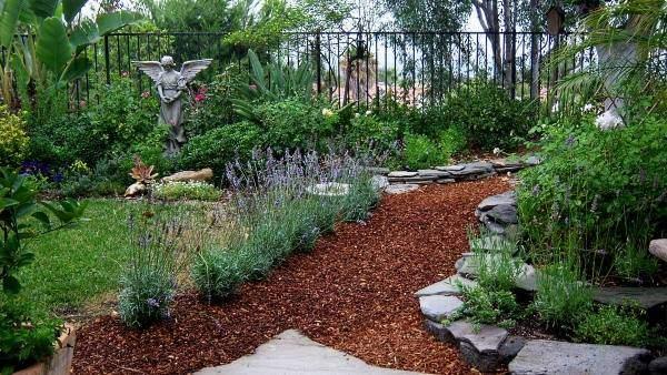 Мульча как покрытие для садовых дорожек 2016