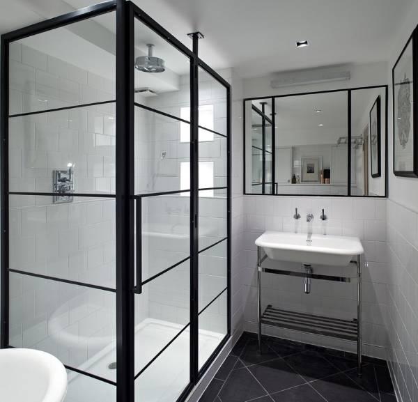 Черно-белый интерьер ванной с душевой кабиной