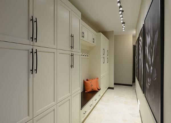 Современные идеи для прихожей - белая встроенная мебель