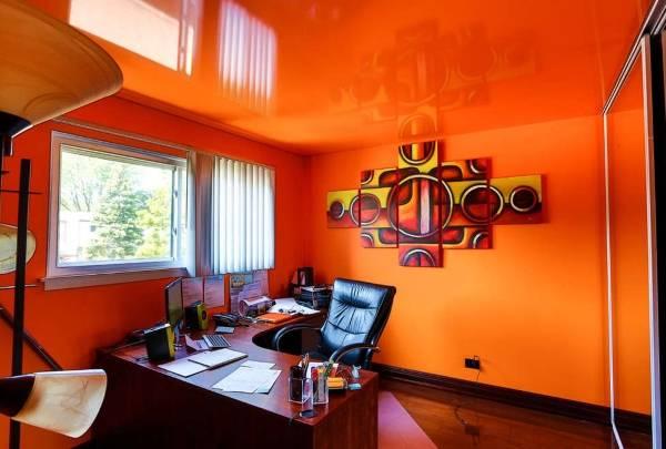 Яркий интерьер с натяжным потолком оранжевого цвета