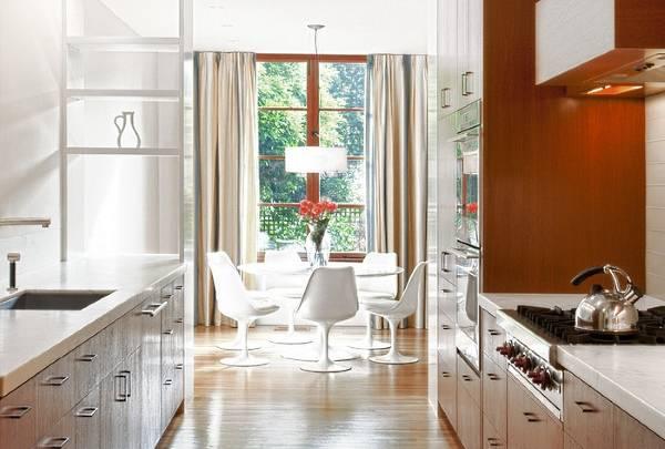Идея оформления окна кухни с длинными шторами
