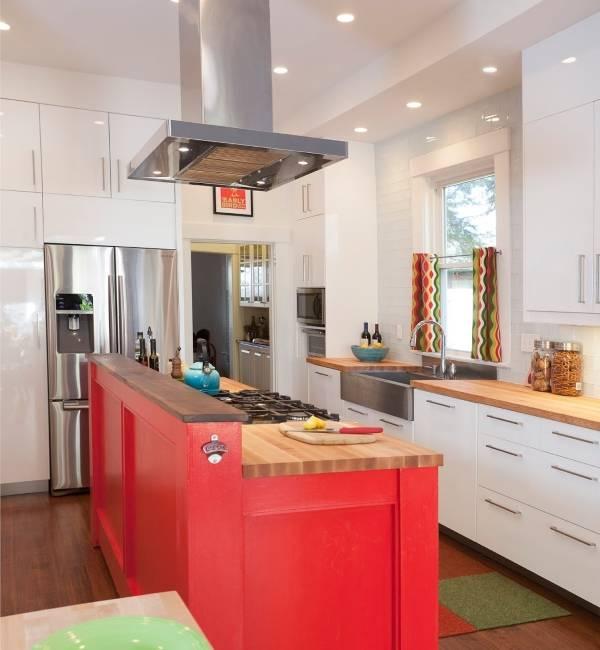 Яркие короткие шторы на кухню - фото в интереьре