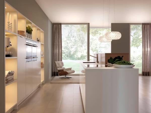 Длинные бежевые шторы для кухни в стиле хай тек