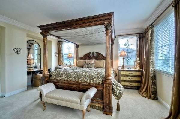 Большая кровать по фен шуй в спальне в классическом стиле