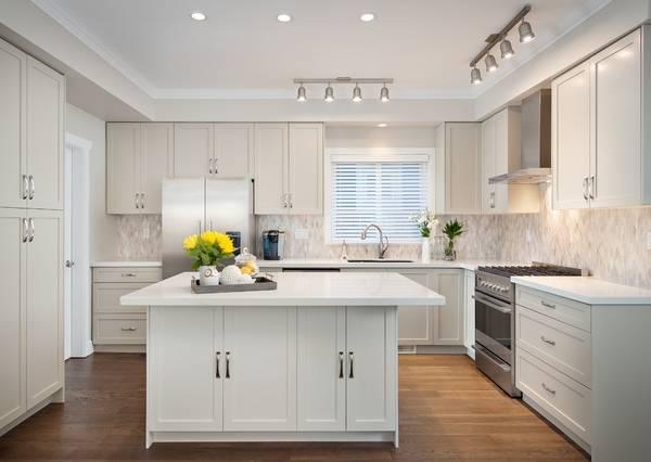 Функциональные потолочные светильники для современной кухни