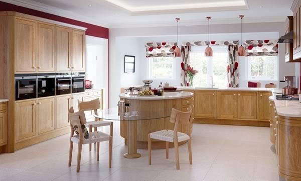Кухня бежевого цвета с оттенками марсала - дизайн штор 2016