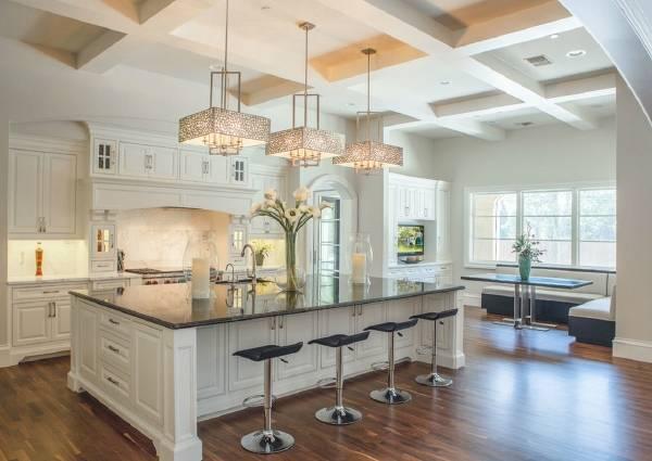 Красивые люстры над барной стойкой классической кухни