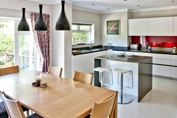 Яркие современные шторы на кухню 2016