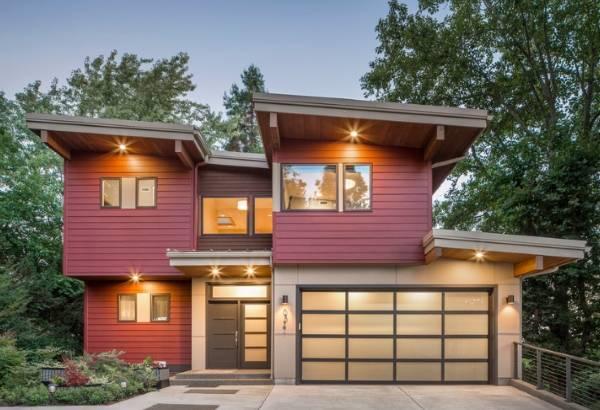 Фасад частного дома красного и коричневого цвета