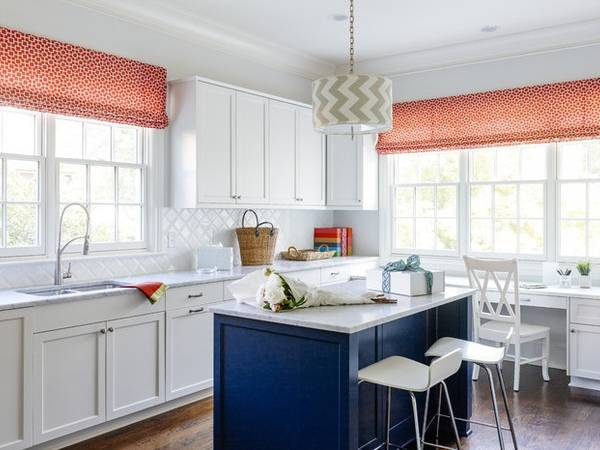 Красные шторы на кухню в деревенском стиле