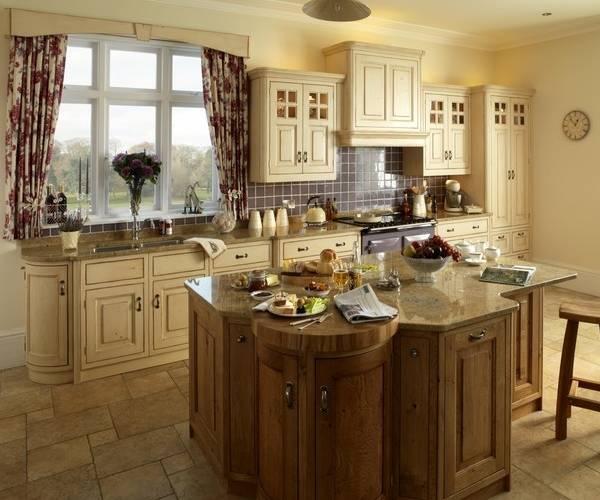 Короткие шторы на большое окно кухни
