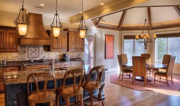 Дизайн кухни в классическом стиле с люстрой над обеденным столом