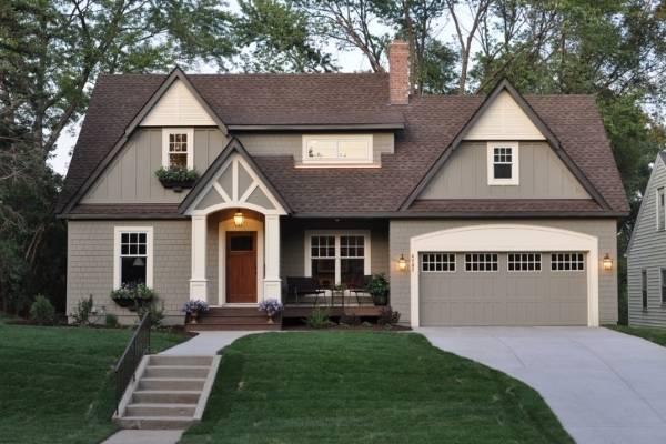 Красивый фасад - сочетание цветов серого и коричневого на фото