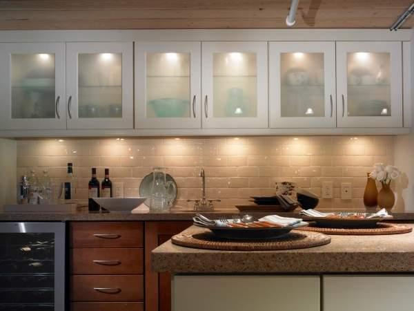 Точечное освещение на кухне с накладными светильниками