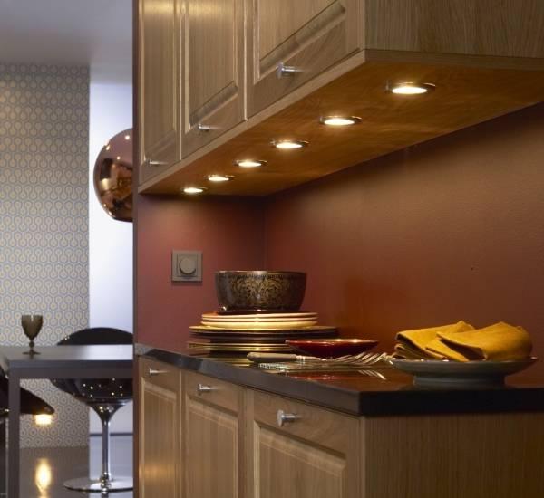 Рабочее точечное освещение на кухне фото