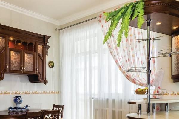 Прозрачные шторы в интерьере кухни с балконом