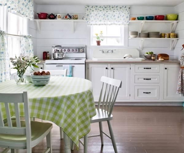 Кухонные шторы белого цвета с синим узором фото 2016