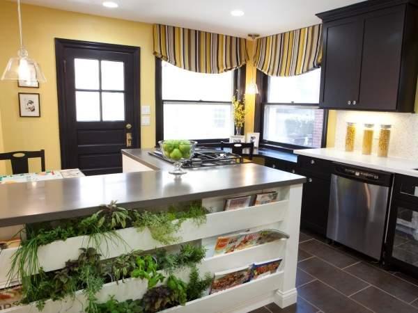 Модный дизайн штор для кухни в желтом и коричневом цвете