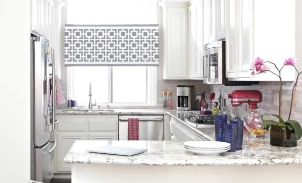 Элегантные короткие шторы для маленькой кухни