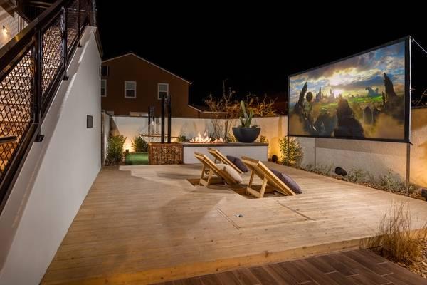 Пристроенная к дому открытая терраса - фото с проектором