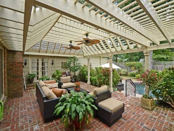 Летняя терраса из красного кирпича - фото дома с бассейном