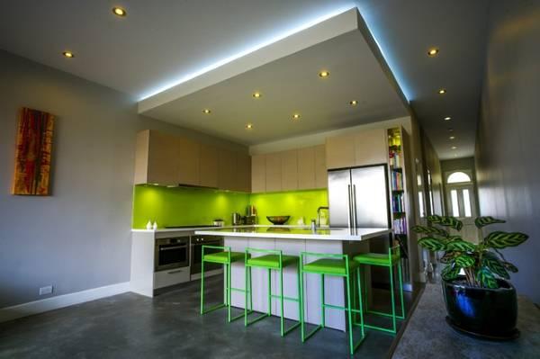 Какое освещение должно быть на кухне с натяжным потолком