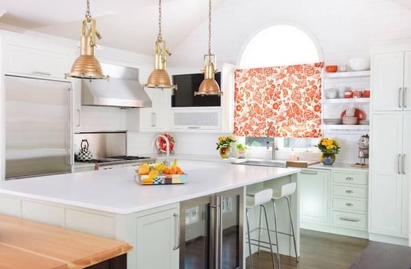 Белые шторы для кухни с красным узором