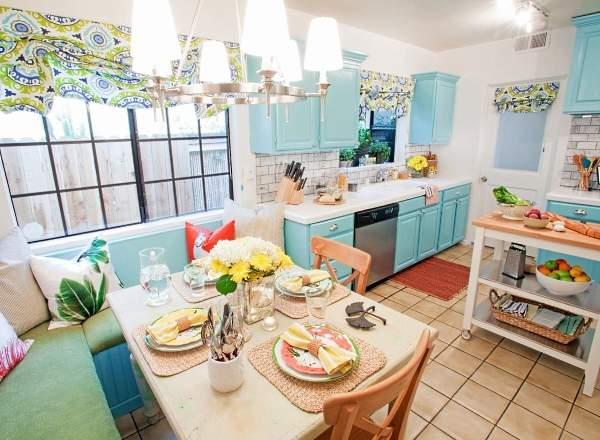 Яркие узорчатые шторы на кухонное окно