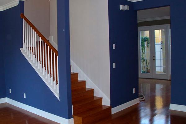 Идея покраски стен в ярко-синий цвет