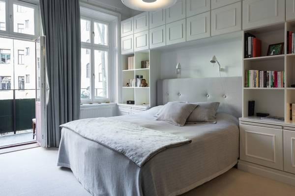 белая спальня в современном стиле со встроенной мебелью
