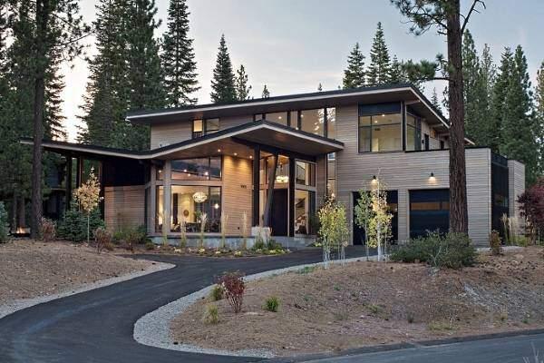 Наружная отделка современного частного дома сайдингом из дерева