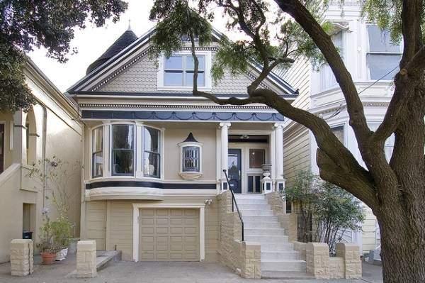 Полиуретановая фасадная лепнина - фото красивого дома