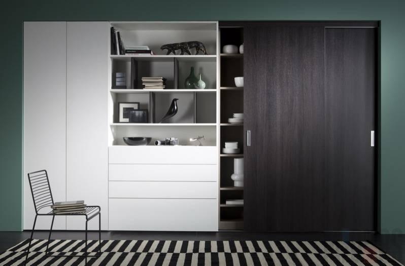Черно-белый шкаф-купе для гостиной