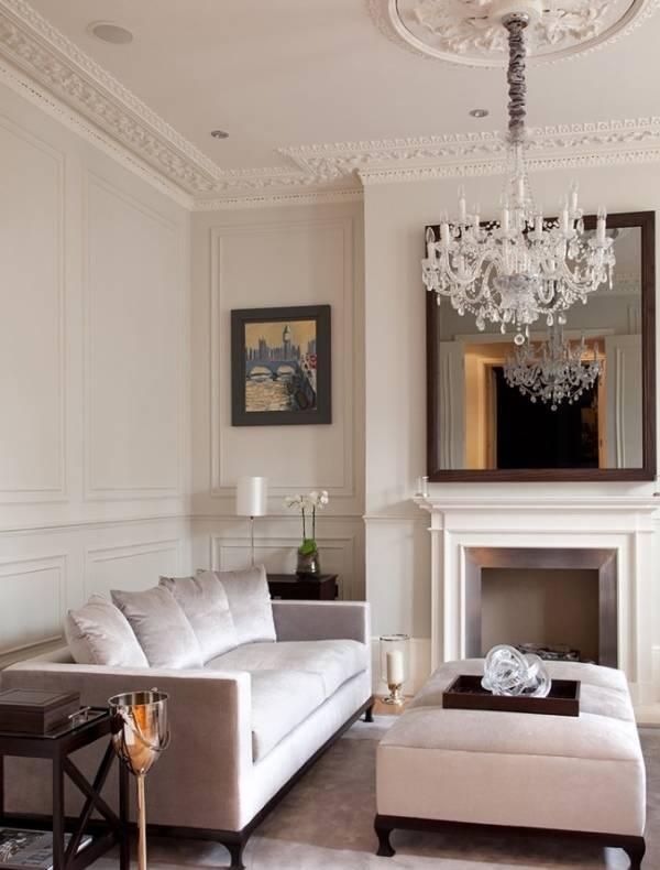 Стильный лепной декор в интерьере гостиной - фото
