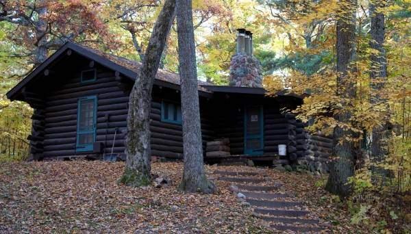 Черный цвет фасада деревянного дома - фото обожженного дерева