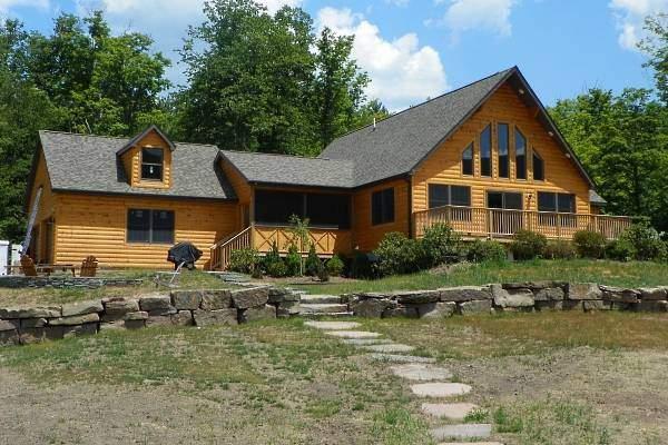 Одноэтажные деревянные дома из бруса - фото с серой крышей