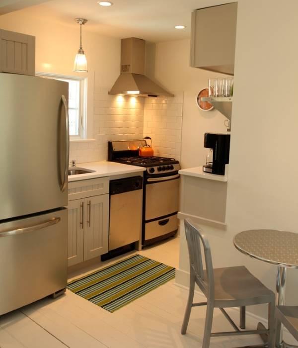 Современный дизайн маленькой кухни с холодильником на фото
